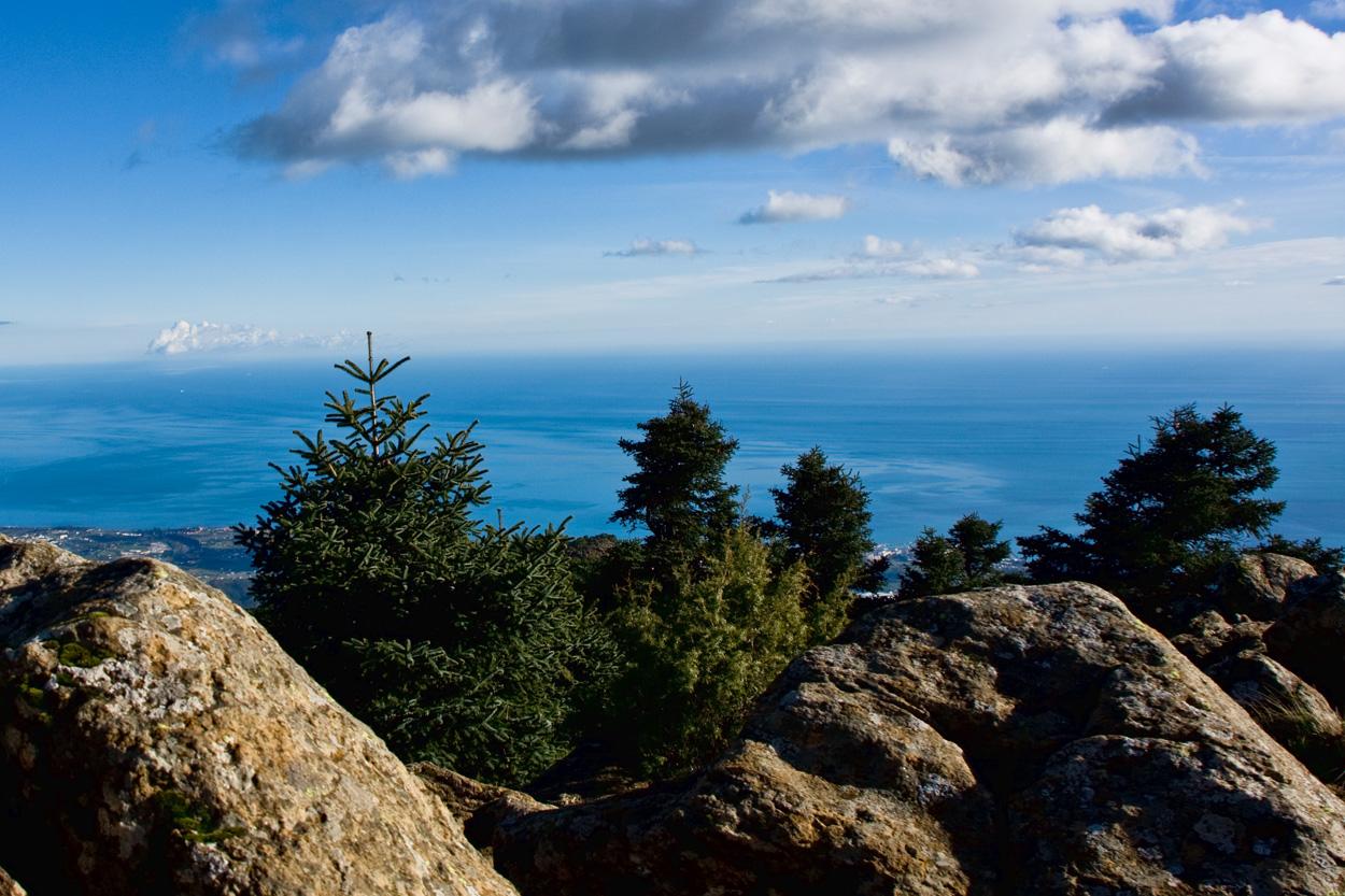 Vistas hacia el litoral desde los Reales, a 1452 m